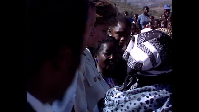 vídeos y material grabado en eventos de stock de exterior shots of princess diana princess of wales amongst crowd as she visits school during her royal tour on 12 july 1993 harare zimbabwe - símbolo médico