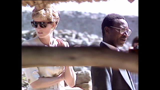 vídeos y material grabado en eventos de stock de exterior shots of princess diana princess of wales being shown round the great zimbabwe ruins during her royal tour on 10 july 1993 unspecified... - símbolo médico