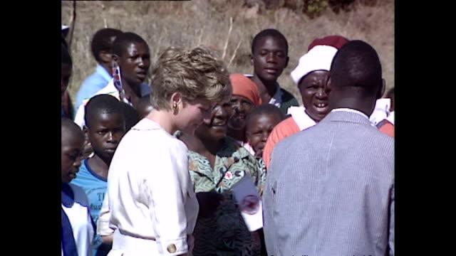vídeos y material grabado en eventos de stock de exterior shots of princess diana princess of wales meeting locals as she visits school during her royal tour on 12 july 1993 harare zimbabwe - símbolo médico