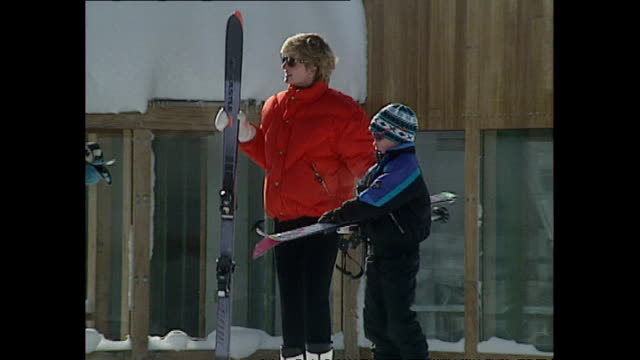 vídeos de stock e filmes b-roll de exterior shots of princess diana, princess of wales, skiing with prince william, prince harry and friends whilst on holiday on 28 march 1993 lech,... - realeza