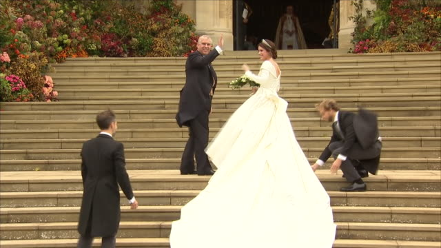 vidéos et rushes de exterior shots of princess eugenie arriving in flowing wedding gown designed by peter pilotto and christopher de vos at st george's chapel on her... - chapelle