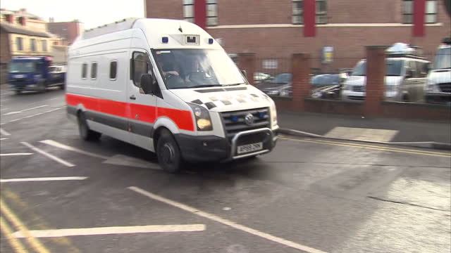 exterior shots of prison van carrying mick philpott arriving at nottingham crown court mick philpott arrives at nottingham crown court on april 03... - ノッティンガム点の映像素材/bロール