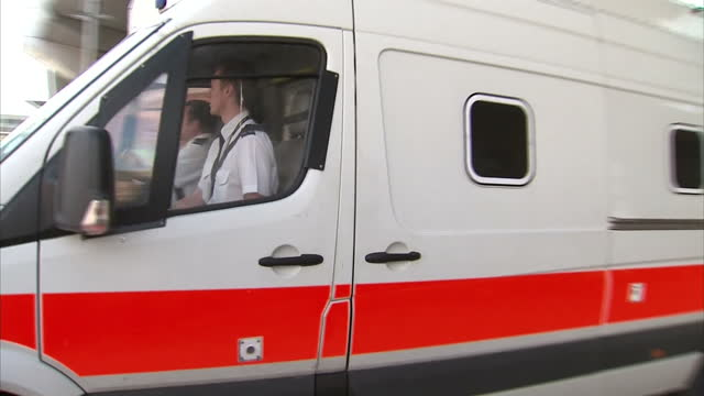 exterior shots of prison van carrying mick philpott driving away from court surrounded by media scrum mick philpott departs nottingham crown court on... - ノッティンガム点の映像素材/bロール