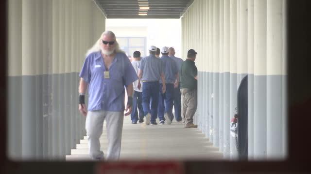 vídeos y material grabado en eventos de stock de exterior shots of prisoners walking in the exercise yard of maine state prison on august 23 2016 in warren maine - preso