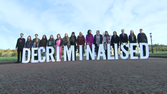 "vidéos et rushes de exterior shots of pro choice campaigners holding large lettering spelling ""decriminalised"" outside of stormont on the 21 october 2019 in belfast - irlande du nord"