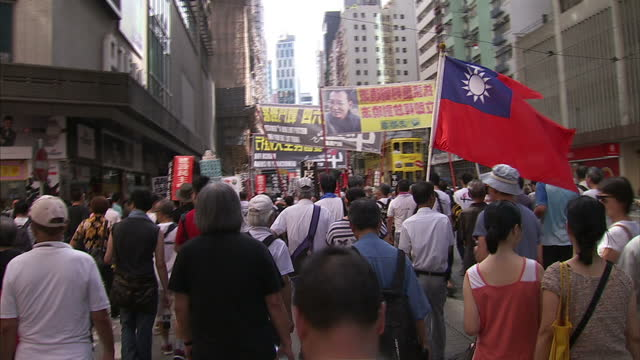 exterior shots of pro democracy protesters marching through hong kong with organisers addressing the crowds and banners depicting tiananmen square... - darstellen stock-videos und b-roll-filmmaterial
