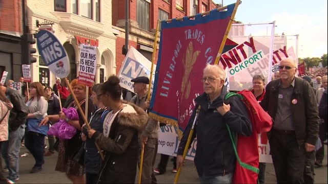 vídeos de stock, filmes e b-roll de exterior shots of pro jeremy corbyn momentum protesters marching through streets of liverpool with various banners supporting the gmb union left... - partido trabalhista