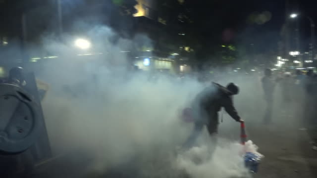 exterior shots of protesters facing off against fedreal agents and tear gas smoke on 25th july 2020 in portland oregon usa - portland oregon stock videos & royalty-free footage