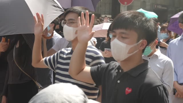 vidéos et rushes de exterior shots of protesters marching along street and chanting, wearing face masks in defiance of a ban on the wearing of them on 4 october 2019 in... - droits de l'homme