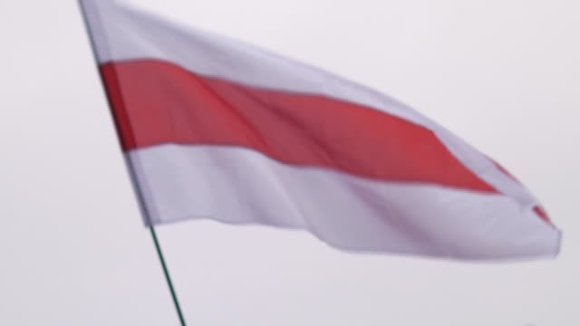 vídeos y material grabado en eventos de stock de exterior shots of protesters on streets supporting the freedom in belarus on 24th august 2020 in vilnius, lithuania - bielorrusia