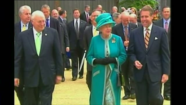 vídeos de stock e filmes b-roll de exterior shots of queen elizabeth ii and prince philip duke of edinburgh visiting jamestown with dick cheney us vice president on may 4 2007 in... - jamestown virginia