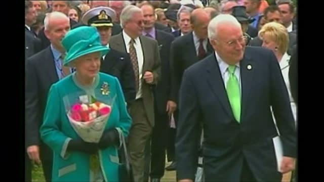 vídeos de stock e filmes b-roll de exterior shots of queen elizabeth ii and prince philip duke of edinburgh arriving with dick cheney us vice president during a visit to jamestown on... - jamestown virginia