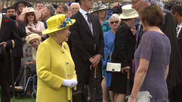 vídeos de stock, filmes e b-roll de exterior shots of queen elizabeth ii chatting to guests at garden party in buckingham palace on 23rd may 2017 london england - 2017