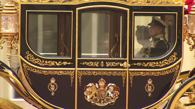 exterior shots of queen elizabeth ii leaving buckingham palace in the diamond jubilee state coach on her way to give the queens speech at the state... - the queen's speech state opening of uk parliament stock-videos und b-roll-filmmaterial