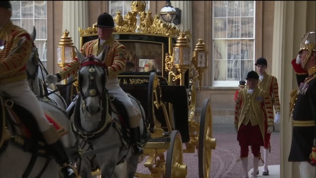 vidéos et rushes de exterior shots of queen elizabeth ii of britain and king willemalexander of the netherlands arriving at buckingham palace in carriage followed by... - voiture attelée