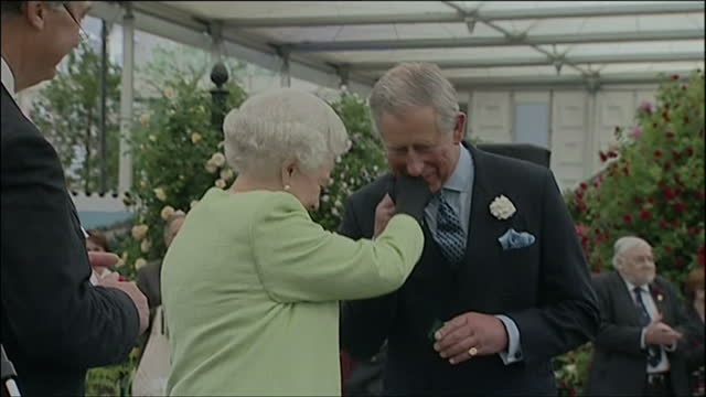 exterior shots of queen elizabeth ii presenting prince charles, prince of wales with the royal horticultural society's victoria medal of honour... - 英国王立園芸協会点の映像素材/bロール