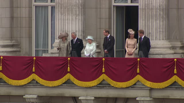 exterior shots of queen elizabeth ii walk onto buckingham palace balcony to huge cheers from the crowd, followed by prince charles, camilla duchess... - diamantenes jubiläum stock-videos und b-roll-filmmaterial