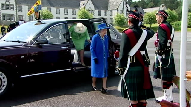 vídeos y material grabado en eventos de stock de exterior shots of queen elizabeth ii wearing blue coat and matching hat arriving at dreghorn barracks and greeted before taking place on platform... - regimiento