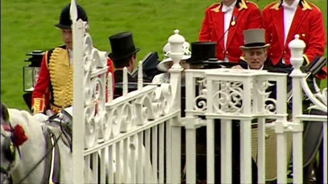exterior shots of queen elizabeth ii wearing off white coloured outfit with matching hat and prince philip arriving at royal ascot in horse drawn... - イギリス アスコット競馬場点の映像素材/bロール