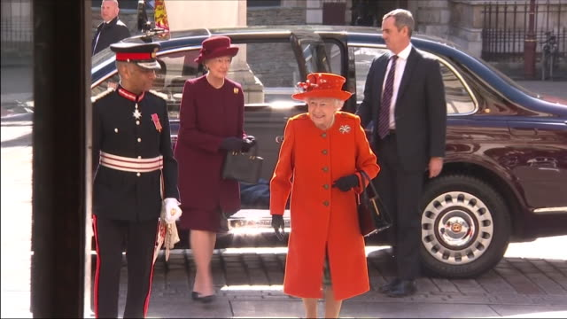 vídeos de stock e filmes b-roll de exterior shots of queen elizabeth ii, wearing orange, arriving at the royal academy of arts, burlington house on 20th march 2018 in london, united... - royal academy of arts