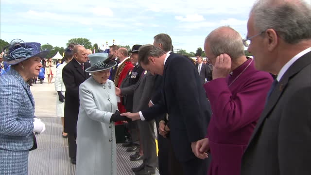 vídeos de stock e filmes b-roll de exterior shots of queen elizabeth meeting various people including prime minister david cameron, archbishop of canterbury justin welby before walking... - magna carta documento histórico