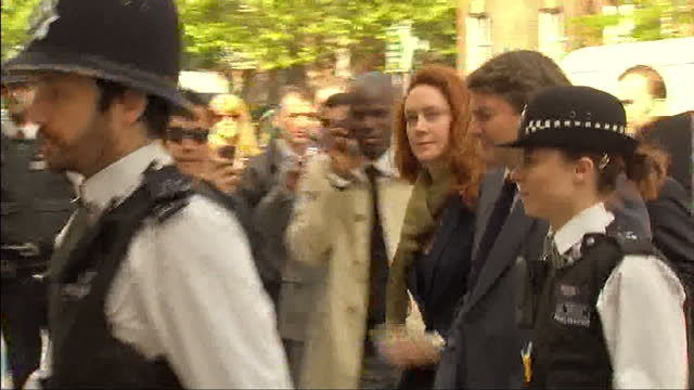 vídeos de stock e filmes b-roll de exterior shots of rebekah brooks husband charlie brooks arriving at westminster magistrates court surrounded by police and legal team as they walk... - rodear