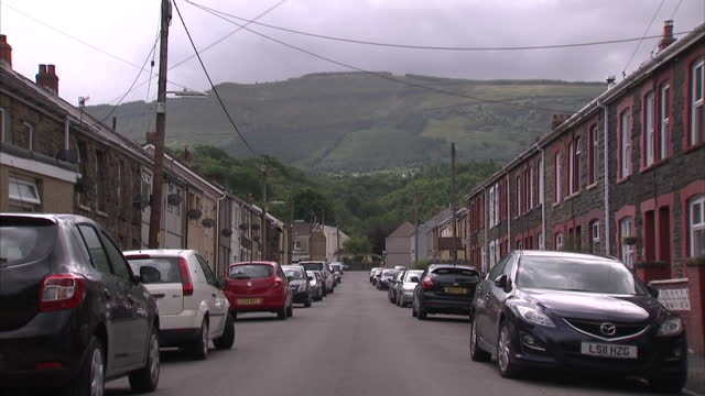 exterior shots of red brick terrace houses with satellite dishes and for sale signs on walls, in the small welsh village of pontardawe on july 03,... - typisch walisisch stock-videos und b-roll-filmmaterial