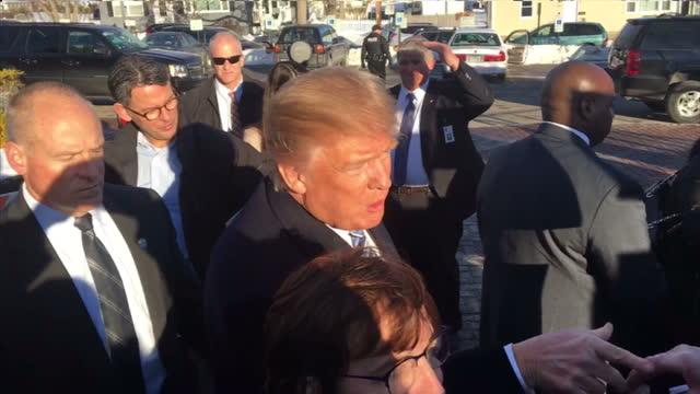 vídeos de stock, filmes e b-roll de exterior shots of republican presidential hopeful donald trump meeting supporters and signing autographs on arrival in manchester new hampshire on... - eleição primária