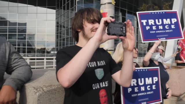 vídeos y material grabado en eventos de stock de exterior shots of republican protestors waving flags and banners outside state farm arena on 5th november 2020 atlanta, georgia, united states. - fraude