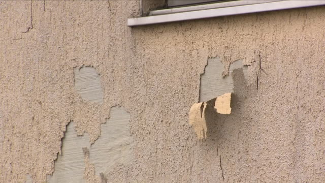 vidéos et rushes de exterior shots of residential streets showing run down houses with damaged walls including shots of damp on the side of a house in nottinghamshire... - délabré