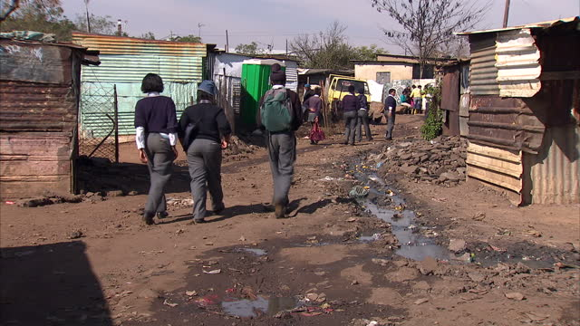 vídeos de stock e filmes b-roll de exterior shots of residents walking around in a soweto township soweto township streetscenes on may 28 2010 in johannesburg south africa - soweto