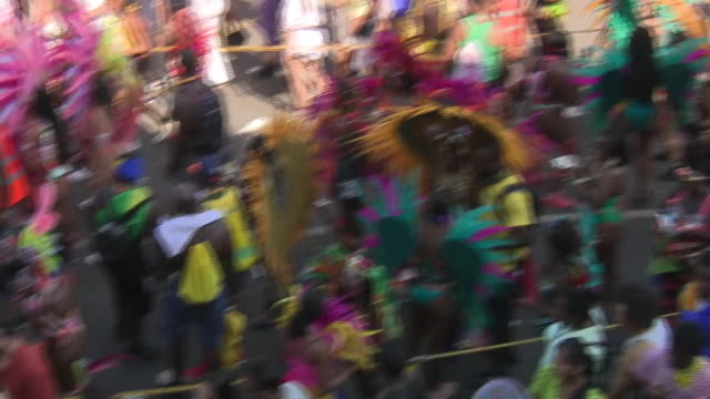 vídeos de stock e filmes b-roll de exterior shots of revellers in colourful costumes taking part in notting hill carnival on 26th august 2019 london england - notting hill