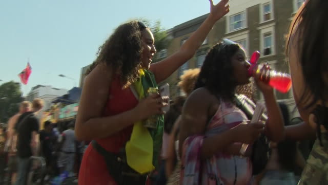 vídeos de stock e filmes b-roll de exterior shots of revellers taking part in notting hill carnival on 26th august 2019 london england - notting hill