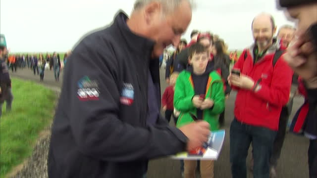 stockvideo's en b-roll-footage met exterior shots of richard noble bloodhound ssc creator signing autographs on 26 october 2017 in newquay united kingdom - recordbrekend