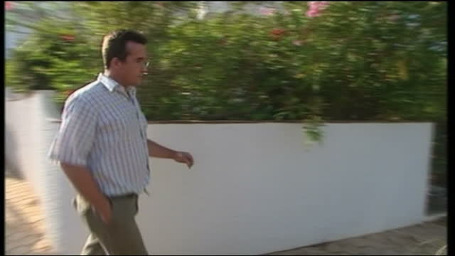 exterior shots of robert murat arriving at casa liliana surrounded by reporters and paparazzi, and his lawyer answers questions from reporters on... - kate mccann stock-videos und b-roll-filmmaterial