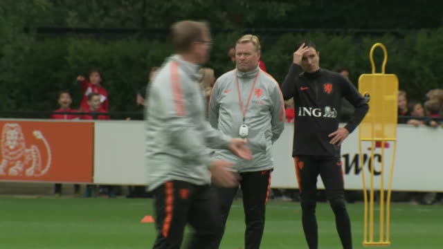 vidéos et rushes de exterior shots of ronald koeman and the netherlands national team training on the 10th october 2019 - pays bas
