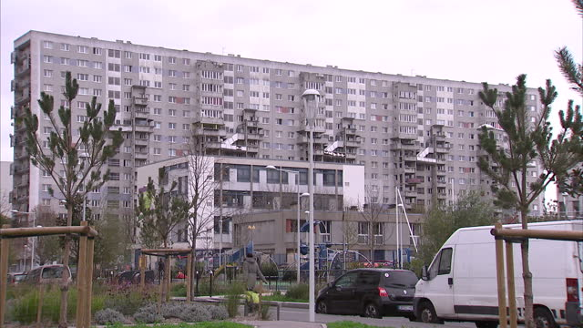 vidéos et rushes de exterior shots of run down high rise apartment blocks on the northern oustkirts of paris on november 14, 2015 in paris, france. - questions sociales