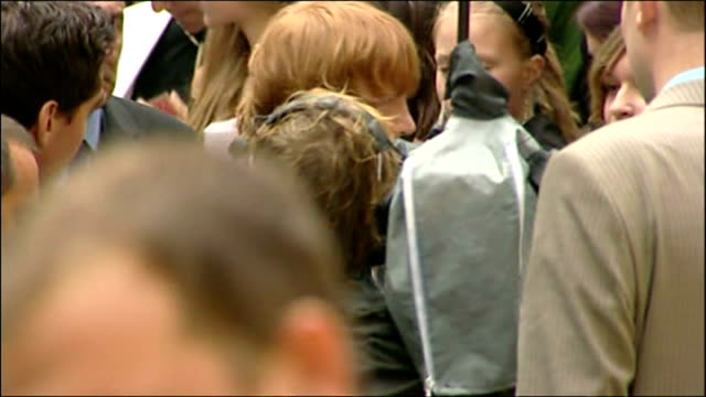 exterior shots of rupert grint signing autographs at the premiere of harry potter and the order of the phoenix. on july 03, 2007 in london, england. - 親筆簽名 個影片檔及 b 捲影像