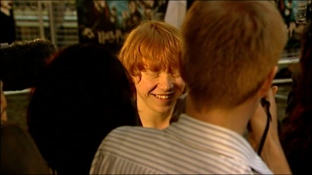 exterior shots of rupert grint speaking to press at the premiere of harry potter and the order of the phoenix on july 03 2007 in london england - première video stock e b–roll