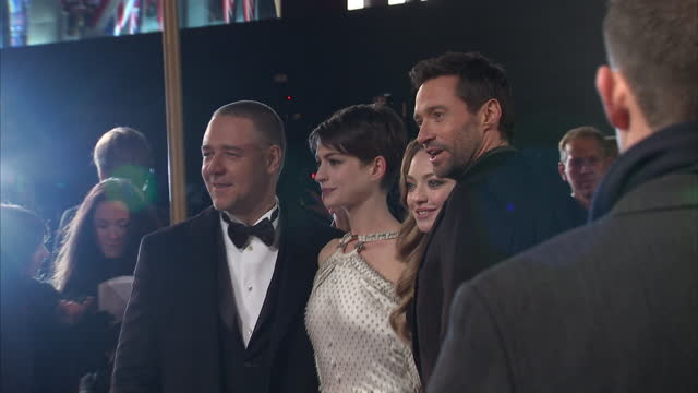 stockvideo's en b-roll-footage met exterior shots of russell crowe, hugh jackman, anne hathaway and amanda seyfried posing for photos on red carpet of les miserables film premiere.... - russell crowe