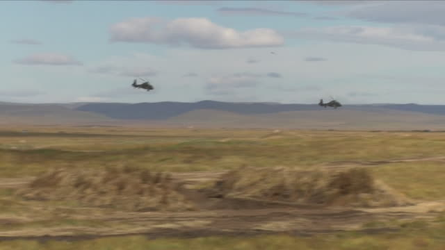exterior shots of russian and chinese military taking part in joint military exercises on september 13, 2018 in tsugol, russia. - 参加者点の映像素材/bロール