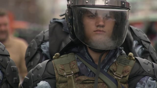 vidéos et rushes de exterior shots of russian protesters calling for opposition candidates to be allowed to stand in city council elections and military/armed police... - moscow russia
