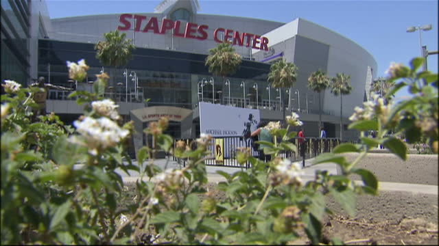 exterior shots of la's staples center with road closures in place and billboards advertising the michael jackson memorial concert on july 7 2009 in... - staples centre stock videos & royalty-free footage