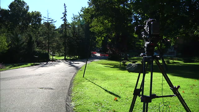 exterior shots of security outside of hillary clinton's house & media crews standing around as they wait to hear more news about hillary clinton's... - gedenkveranstaltung stock-videos und b-roll-filmmaterial