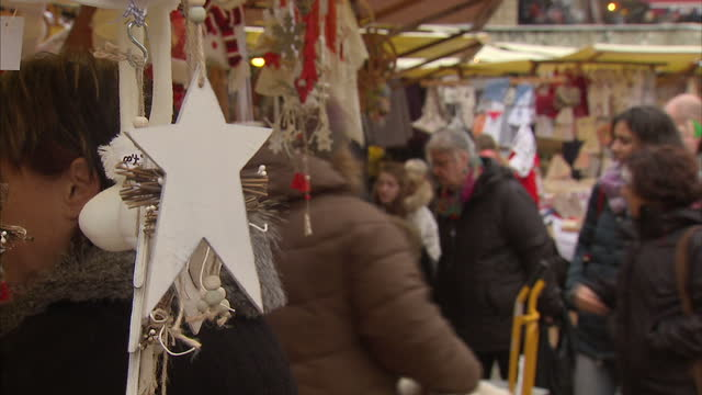 exterior shots of shoppers at a christmas market in the piazza del campo on 3 december 2016 in siena italy - piazza del campo stock videos and b-roll footage
