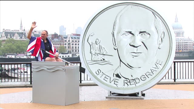 exterior shots of sir steve redgrave at the launch of a new collection of 12 medallions from the royal mint. sir steve redgrave launching medallions... - 王立鋳貨局点の映像素材/bロール