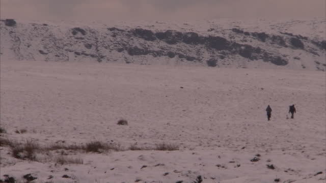 exterior shots of snake pass in the peak district with snow covered scenery landscape countryside fields with people walking in them snow covered... - landscape scenery点の映像素材/bロール