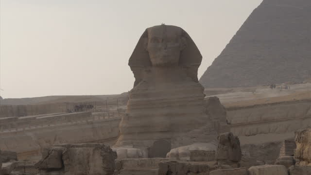 exterior shots of sphinx monument and pyramids in background on november 11 2014 in cairo egypt - piramide struttura edile video stock e b–roll