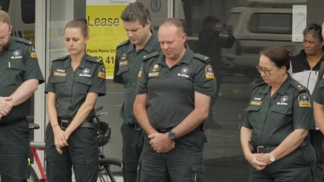 vidéos et rushes de exterior shots of st john's ambulance paramedics laying floral wreaths to the victims of friday's mosque terror attacks and embracing muslim men at... - nouvelle zélande