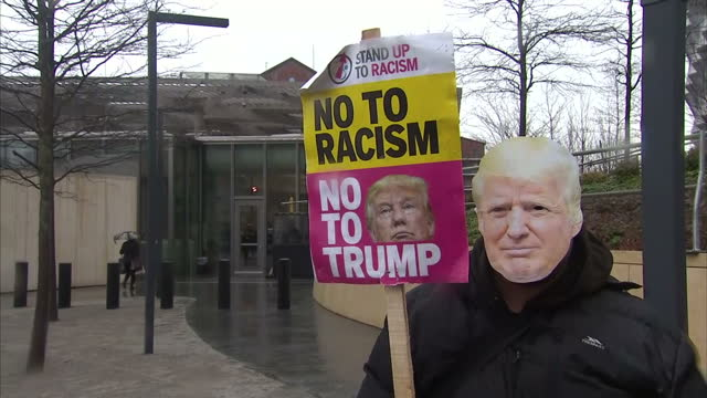 vídeos de stock e filmes b-roll de exterior shots of stand up to racism campaigners holding a protest outside the new us embassy in london including shots of protesters standing in... - embaixada dos eua
